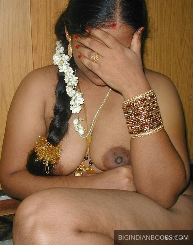 Indian Aunty showing her nude body pics